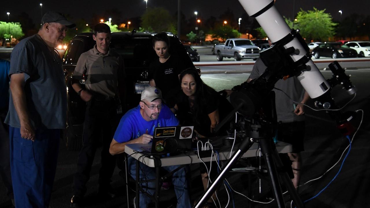 Un grupo de astrónomos con su telescopio (Getty Images)