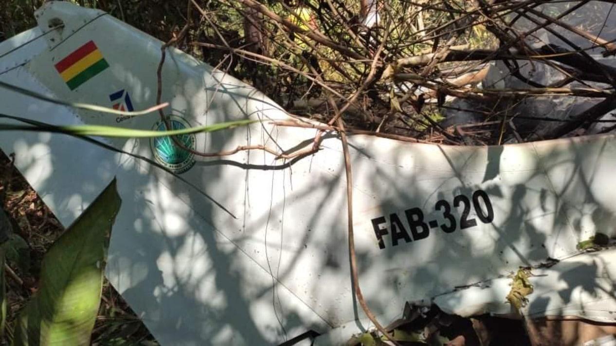 Mueren seis personas tras estrellarse una avioneta de la Fuerza Aérea de Bolivia