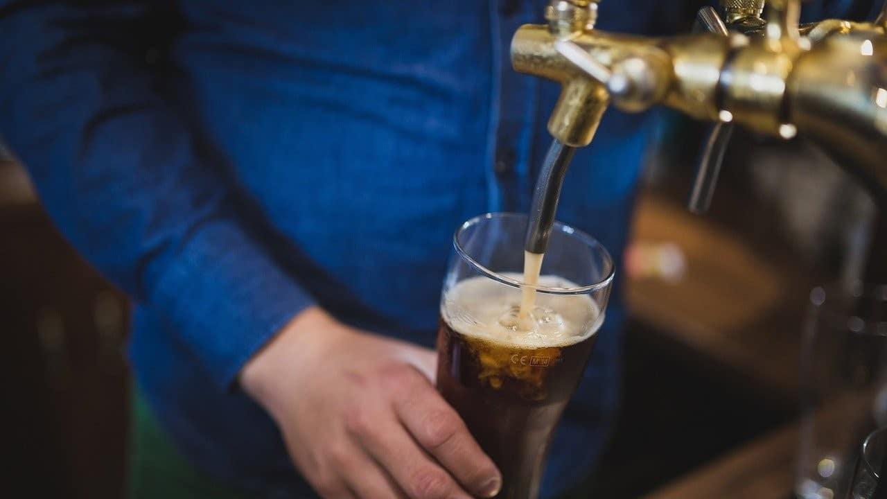 bartender, cantinero, bar, renuncia, redes sociales, imagen ilustrativa