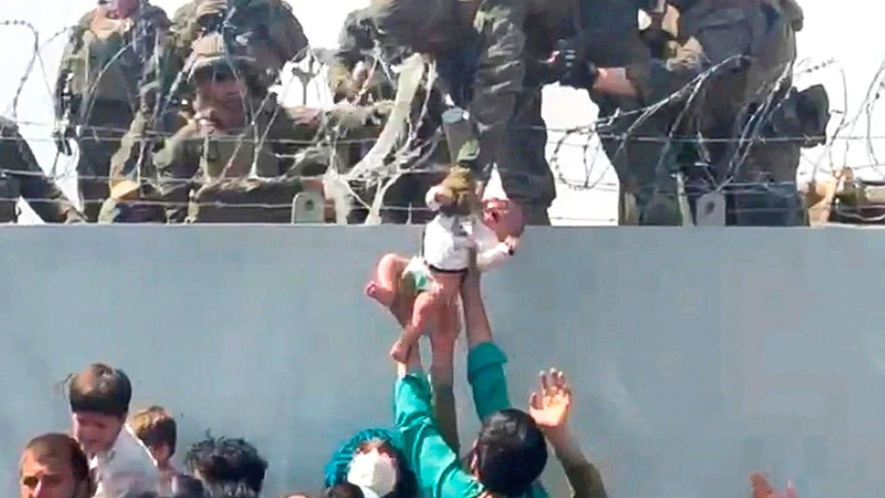 Bebé que protagonizó rescate de un soldado en aeropuerto de Afganistán ahora vive en Estados Unidos