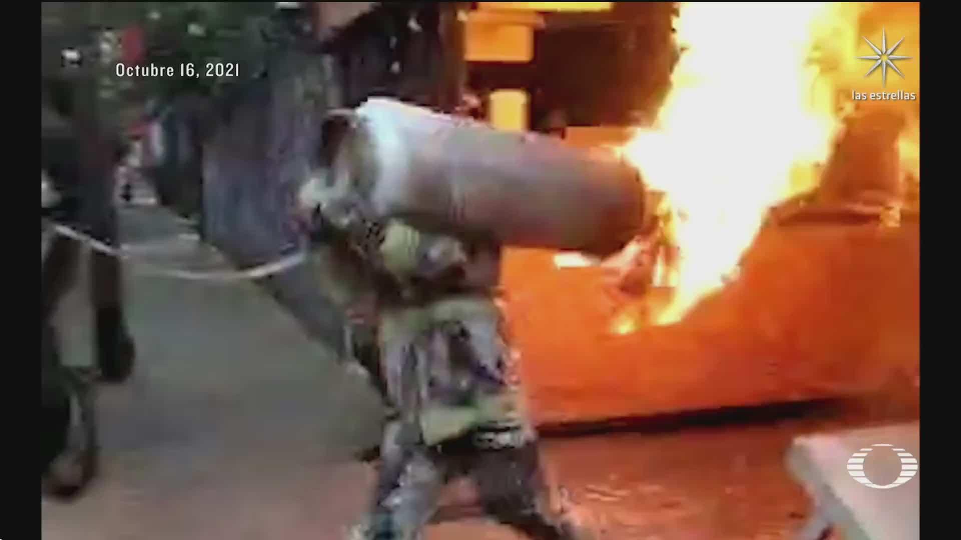 bombero saca tanque de gas en llamas de restaurante en la colonia del valle para evitar explosion