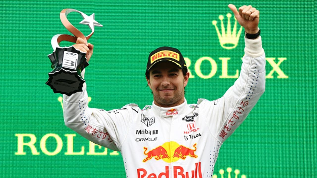 El piloto mexicano Sergio 'Checo' Pérez sube al podio, al acabar tercero, en el Gran Premio de Turquía