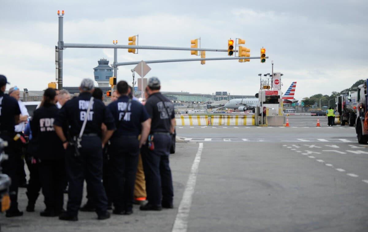Desalojan avión y detienen a pasajero en aeropuerto de Nueva York.