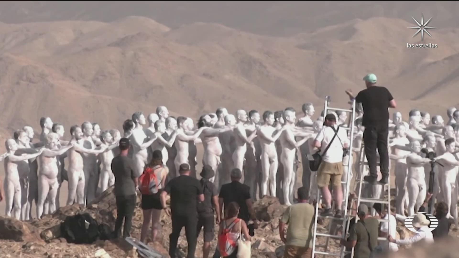desnudos con spencer tunik para salvar la vida del mar muerto