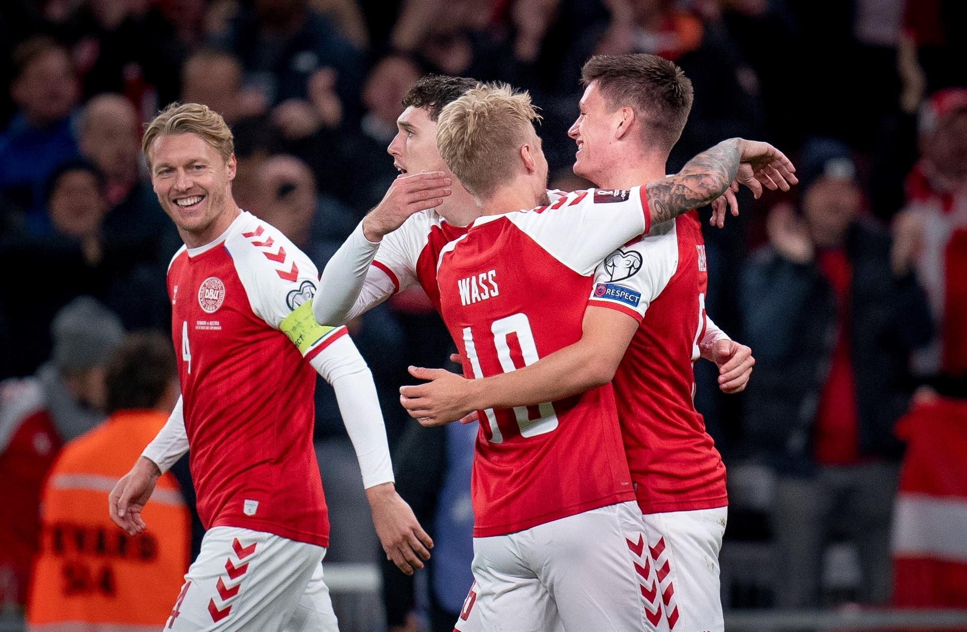 El danés Joakim Maehle celebra con sus compañeros durante el partido de clasificación para la Copa Mundial de la FIFA 2022 entre Dinamarca y Austria (EFE)