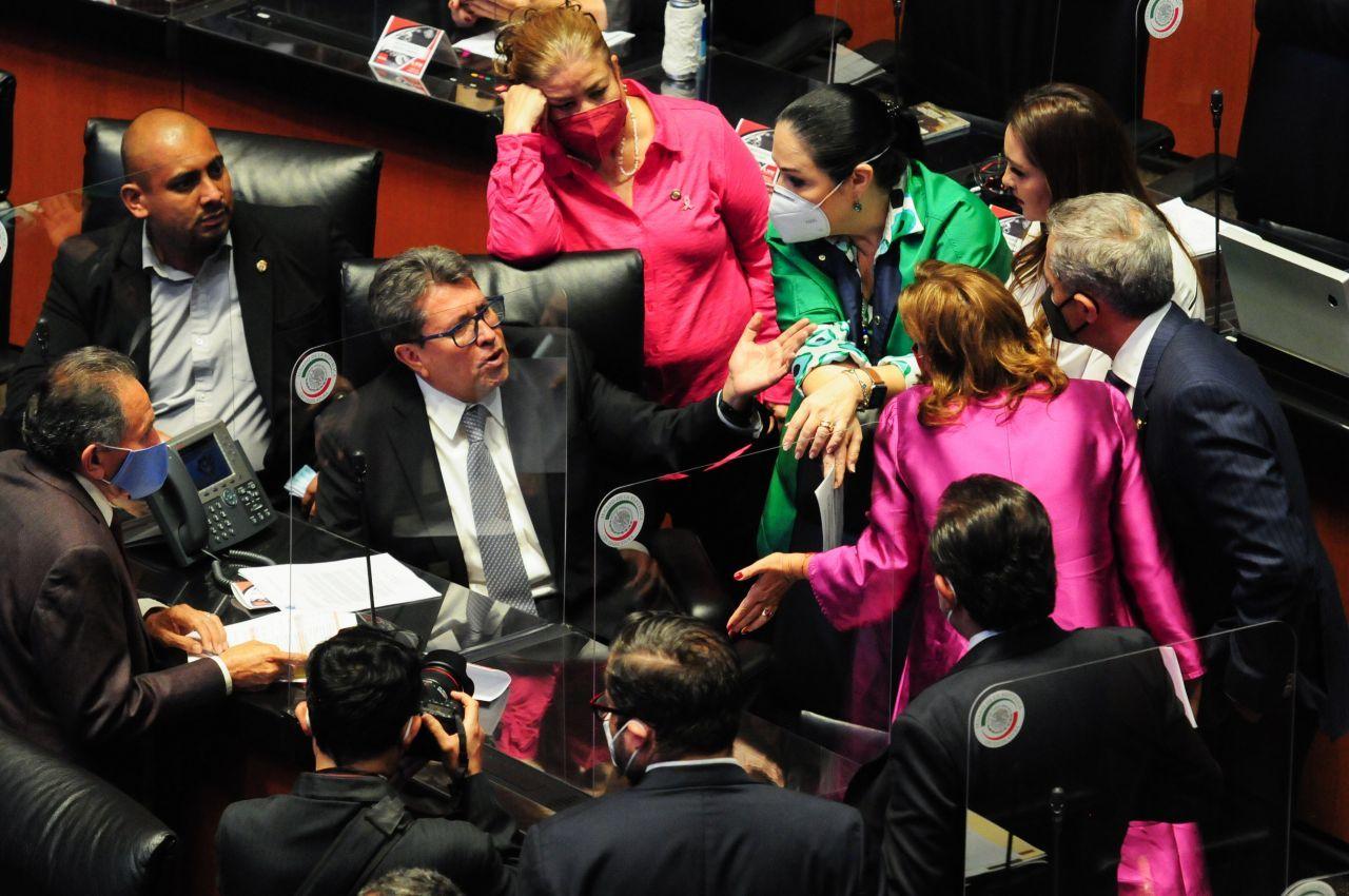 Ricardo Monreal dialoga con distintos senadores durante la sesión en el Senado (Cuartoscuro)