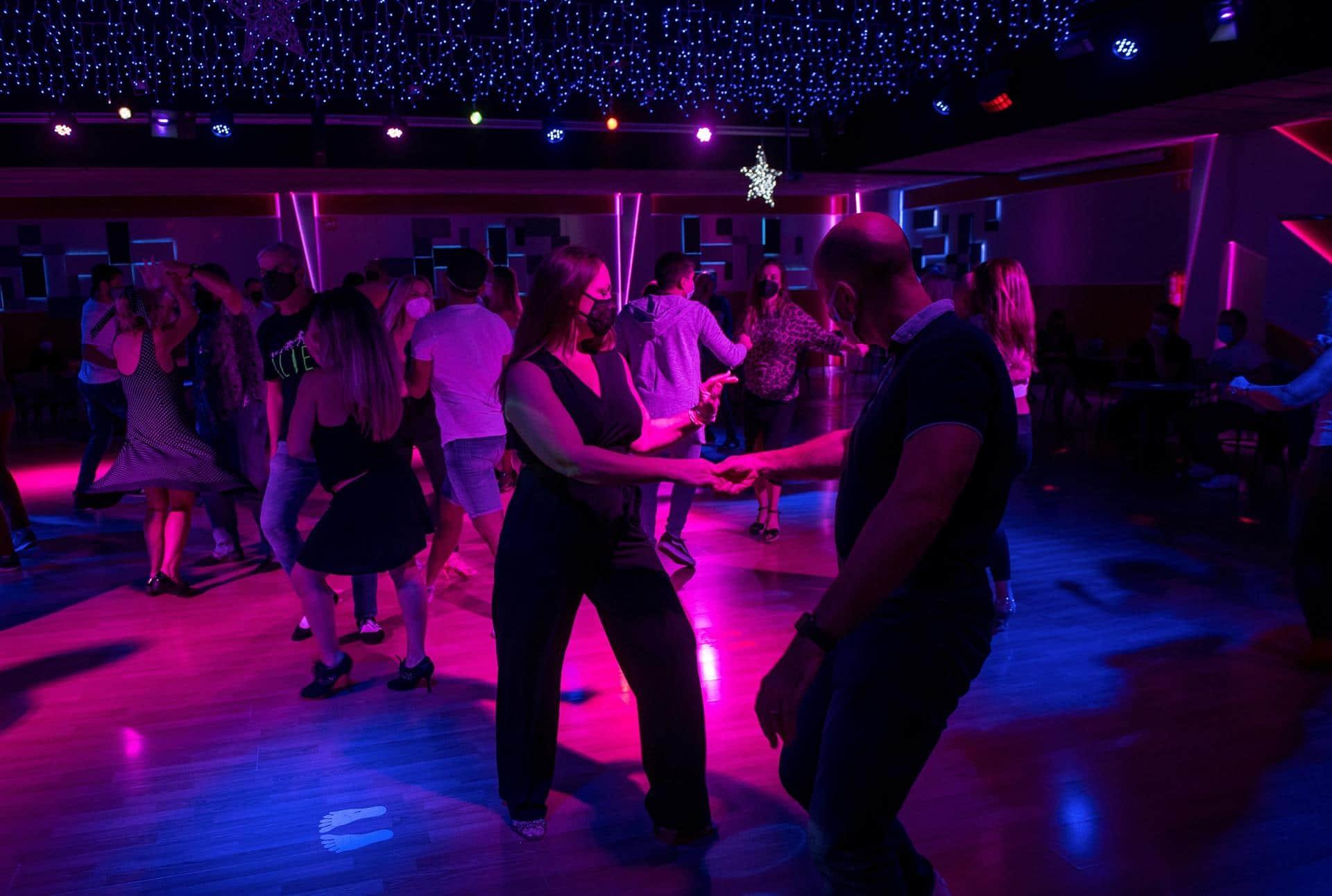 España reabre bares y discotecas tras permanecer cerrados por el covid