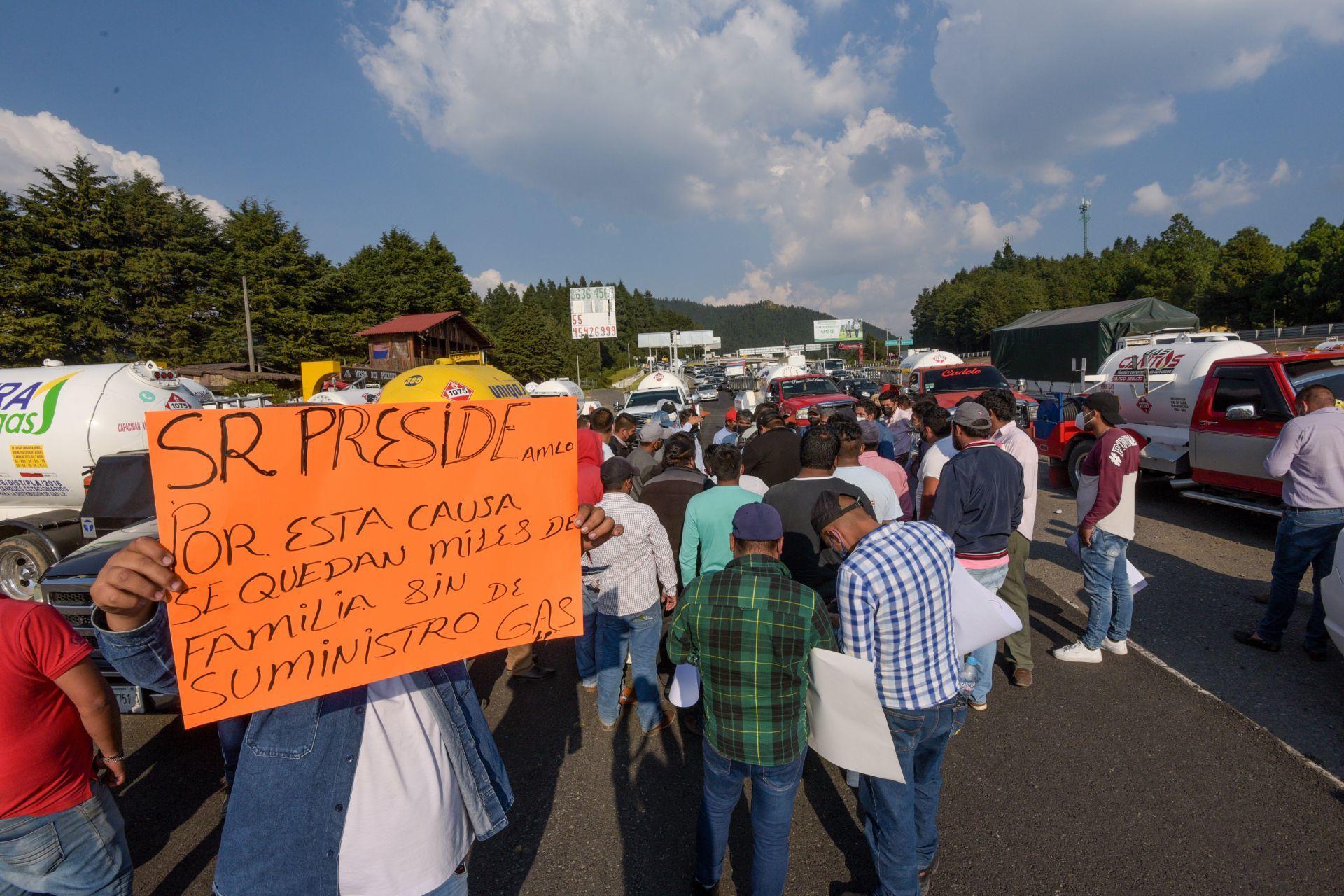 Integrantes del Gremio Nacional de Gaseros bloquearon la carretera México-Toluca exigiendo los tomen en cuenta en la regulación del precio del gas LP.