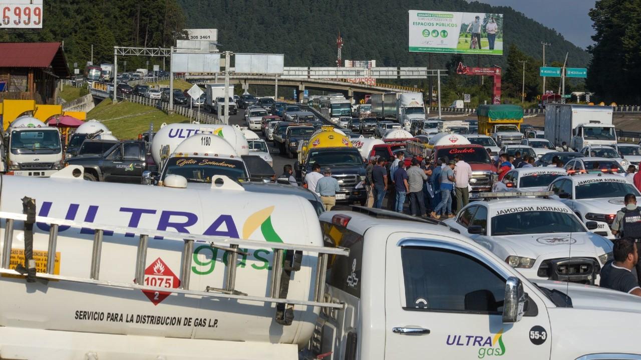 Gaseros bloquean la autopista México-Toluca