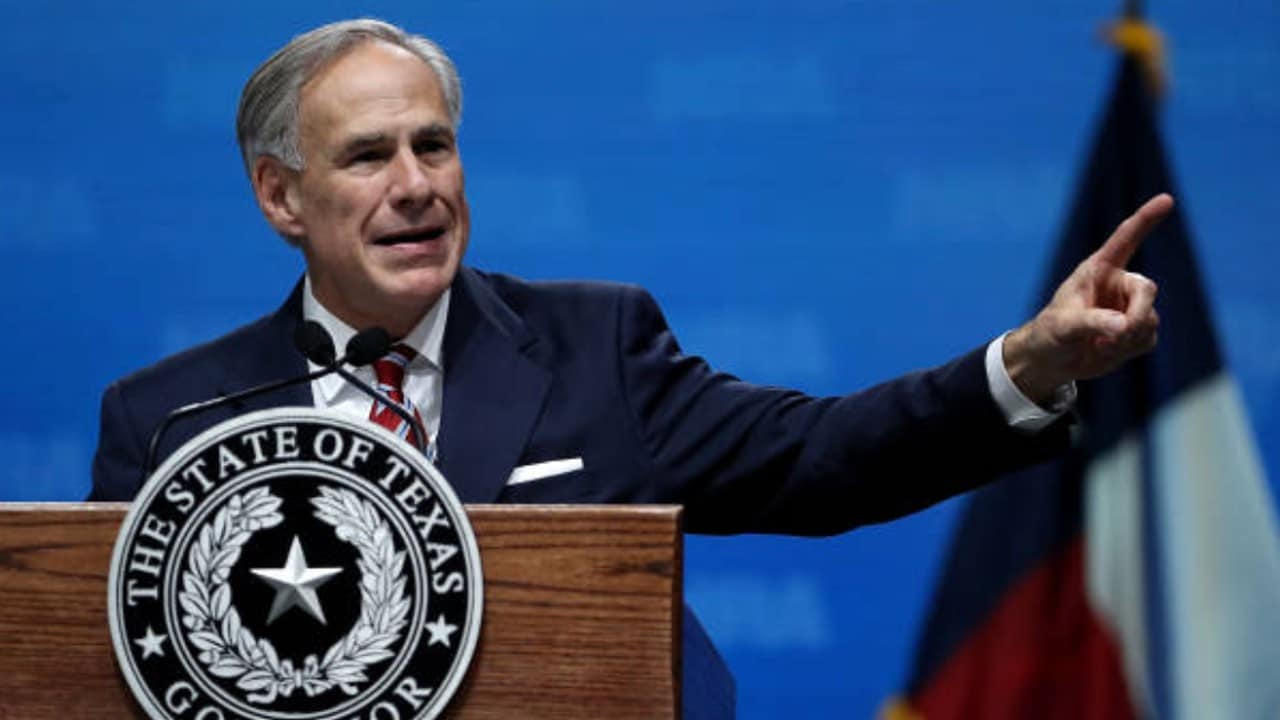 Texas desafía a Biden; contradice su orden de vacunar contra la COVID-19 a empleados