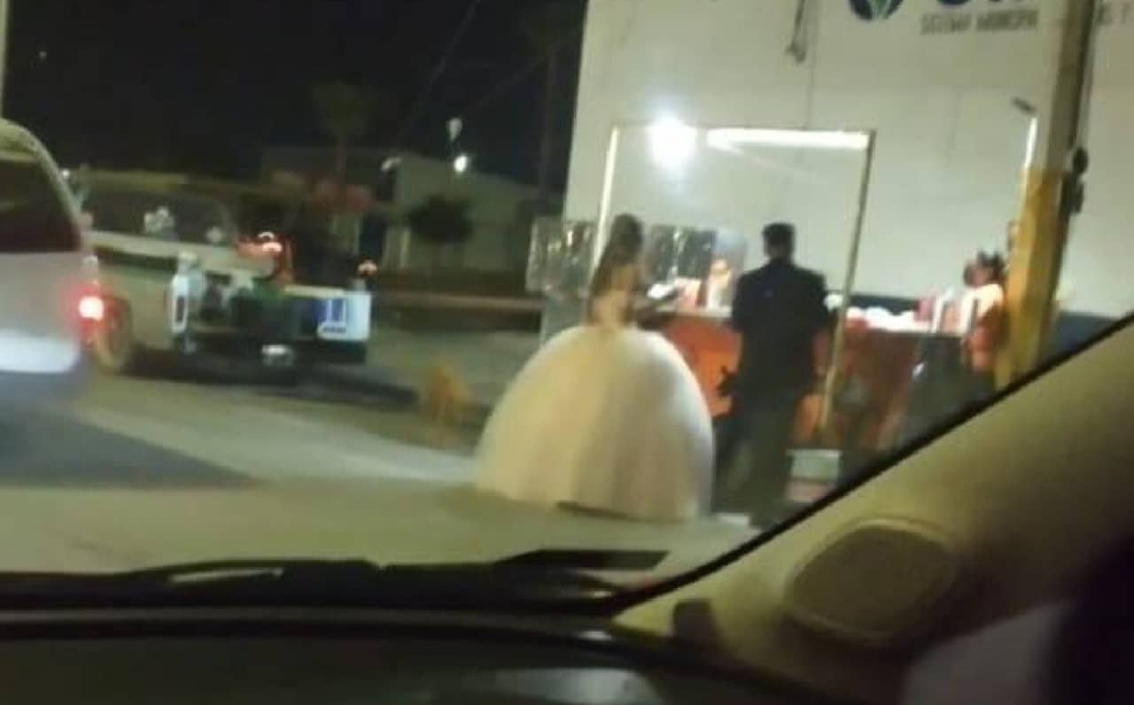 Captan a recién casados comiendo tacos en Torreón