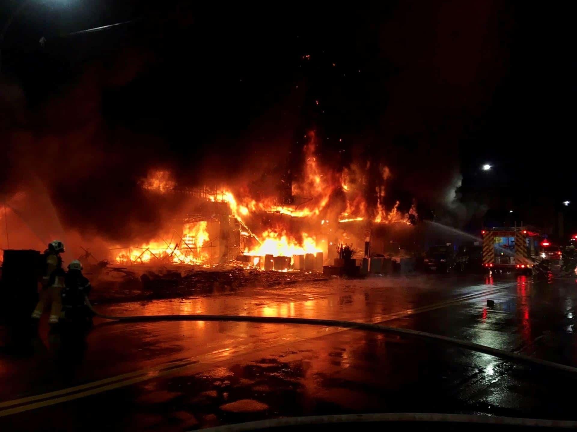 Incendio consume edificio en Taiwan y deja al menos 46 muertos