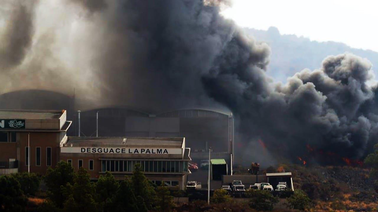 3,000 personas son confinadas tras incendio en fábrica provocado por lava del volcán de La Palma