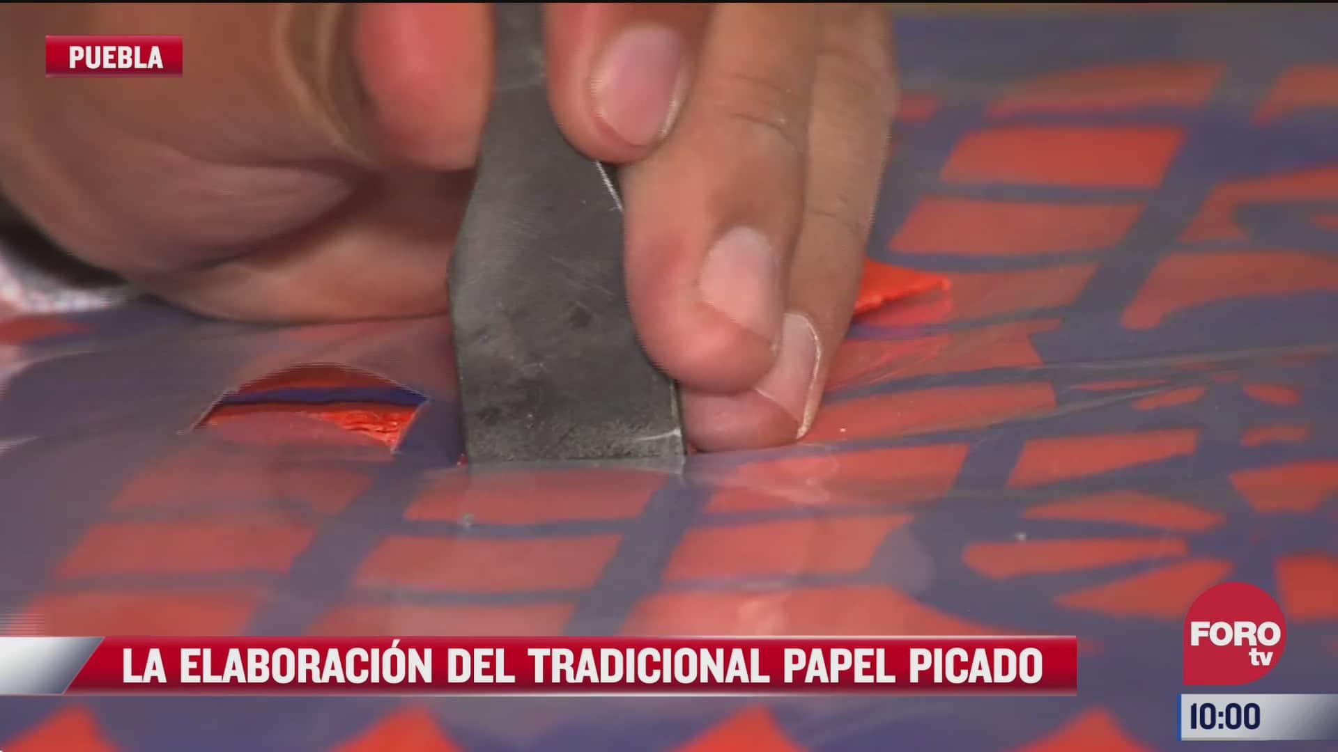 la elaboracion del tradicional papel picado