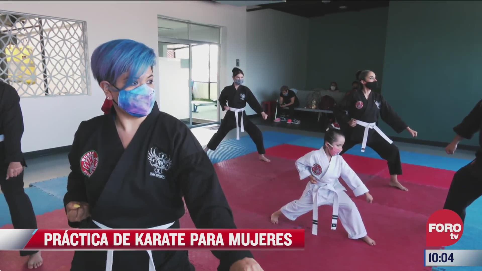 la practica de karate para mujeres