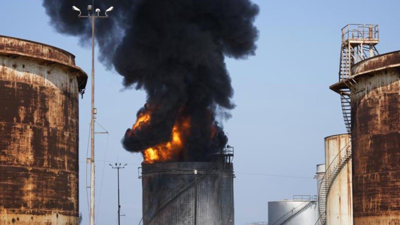 Un enorme incendio arde en instalación petrolera de Líbano