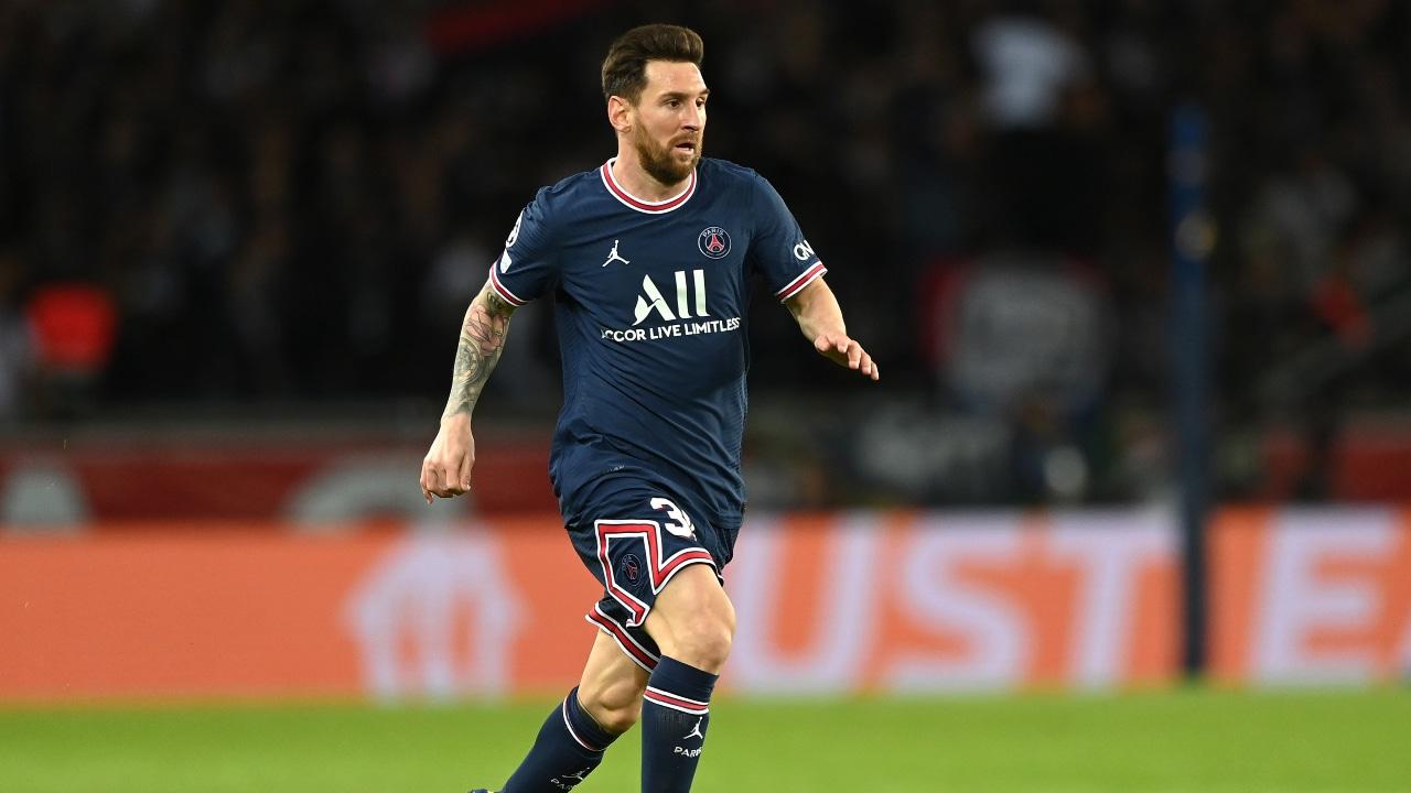 Lionel Messi corriendo durante un partido de la UEFA Champions League vestido con la camiseta del Paris Saint-Germain.