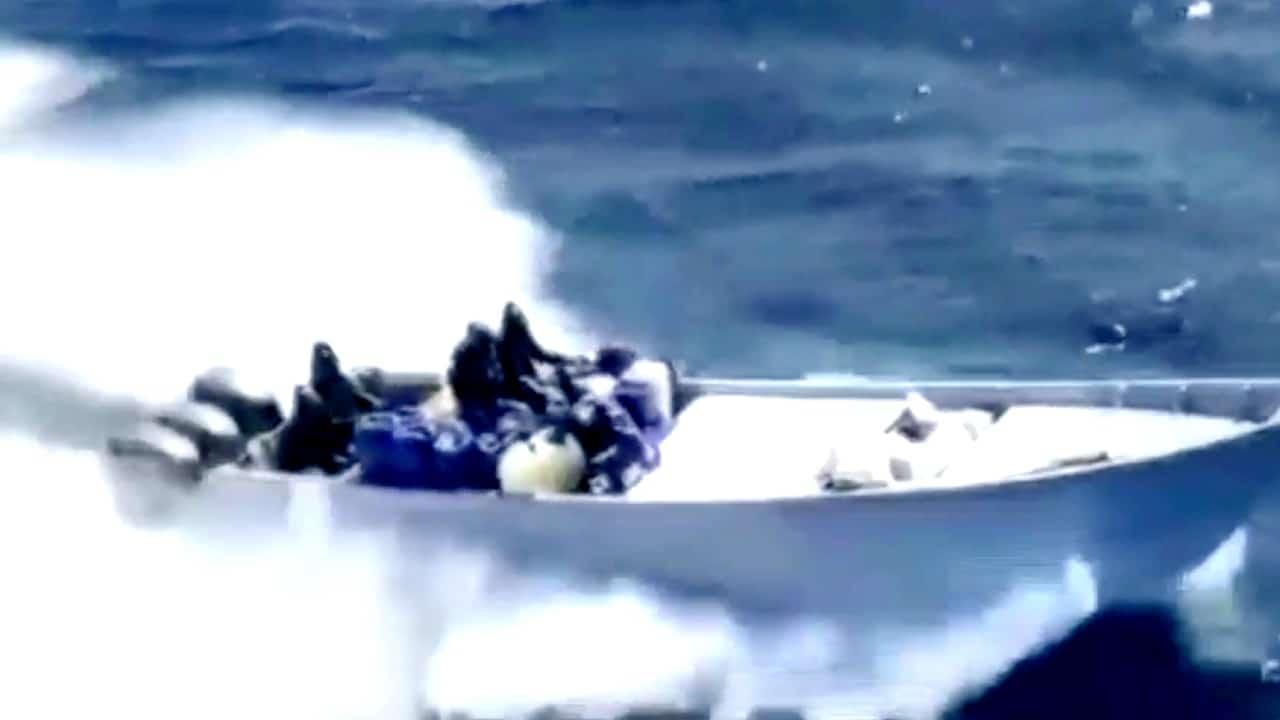 Tras intensa persecución en altamar de Baja California, Marina asegura 2.4 toneladas de metanfetaminas