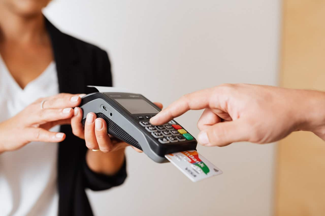 Los negocios no deben cobrar comisión por pagar con tarjeta