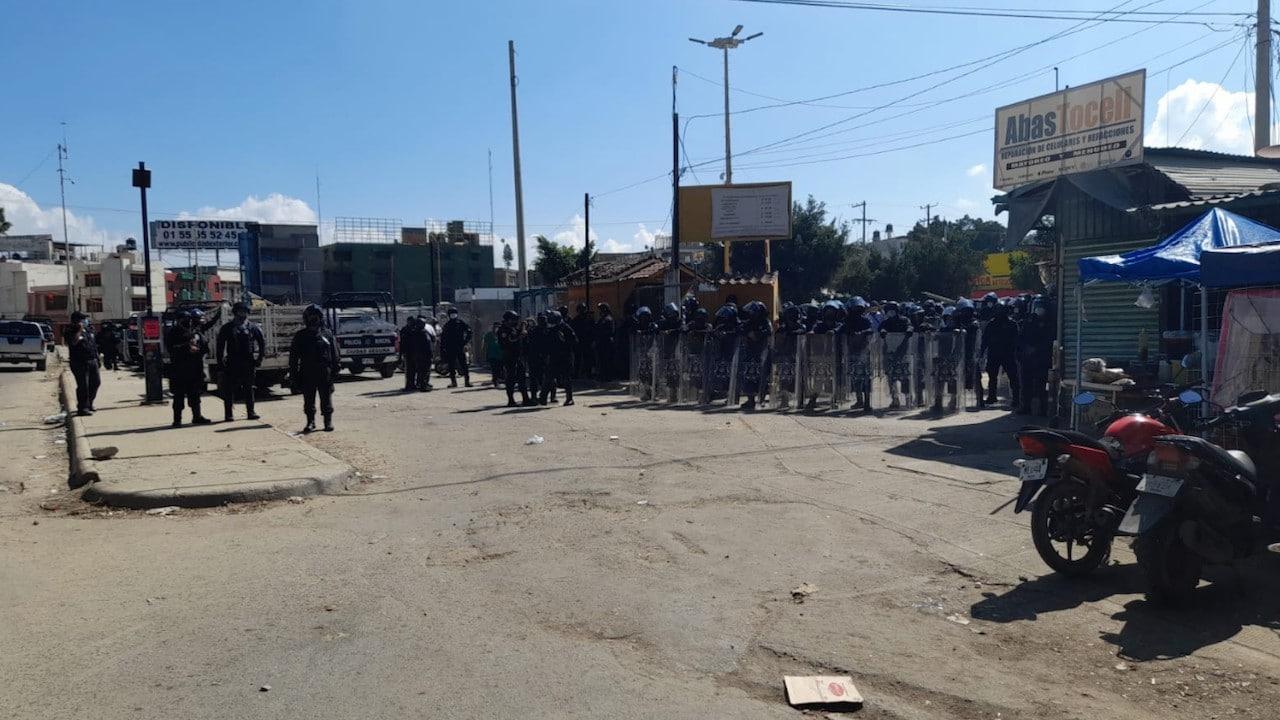 Elementos de la policía municipal en Central de Abasto de Oaxaca (Twitter: @rioaxaca)
