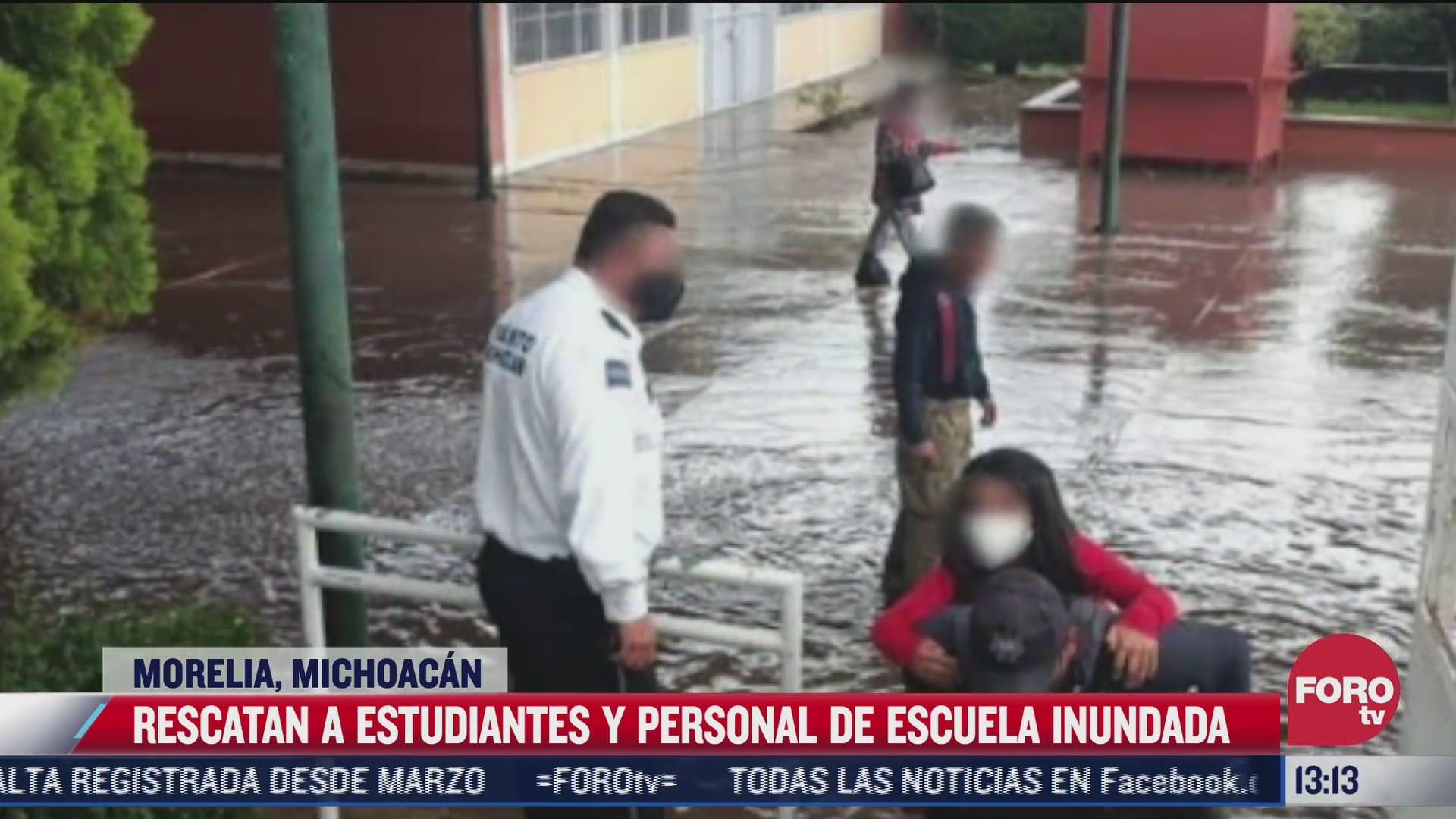 policias rescatan a alumnos y maestros en primaria inundada de morelia