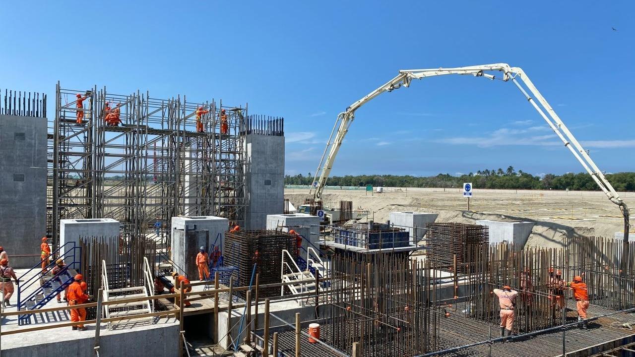 Fotografía que muestra una parte de la construcción de la nueva refinería de Dos Bocas, que se llamará Olmeca.