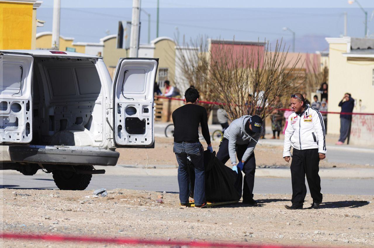 Trabajadores de la Semefo acuden al levantamiento del cuerpo de un hombre tras ser ejecutado (Cuartoscuro)