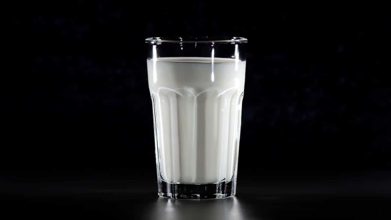 Vaso de leche caliente ayuda dormir