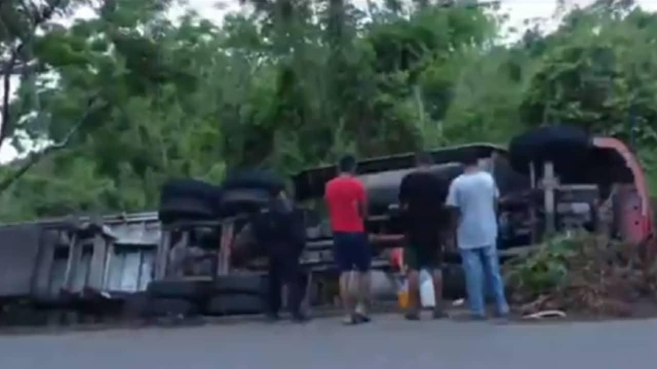 Tráiler vuelca en Veracruz por evitar arrollar a presuntos asaltantes