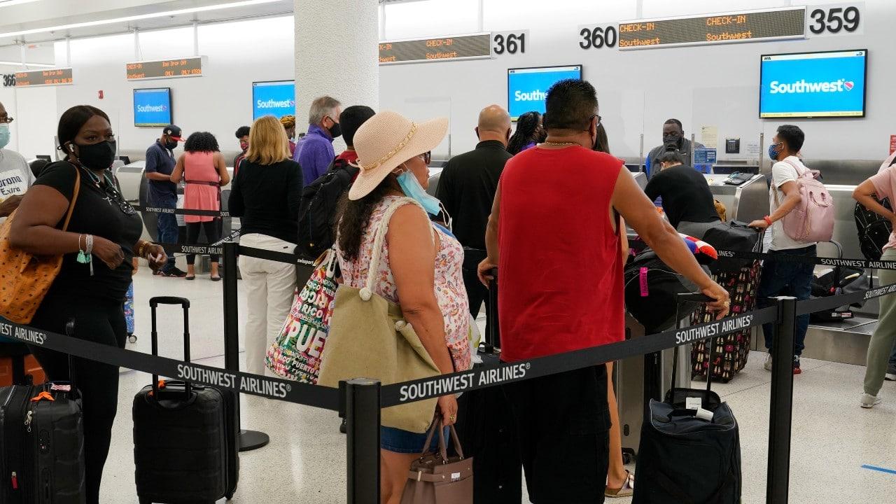 Viajeros en el aeropuerto internacional de Miami