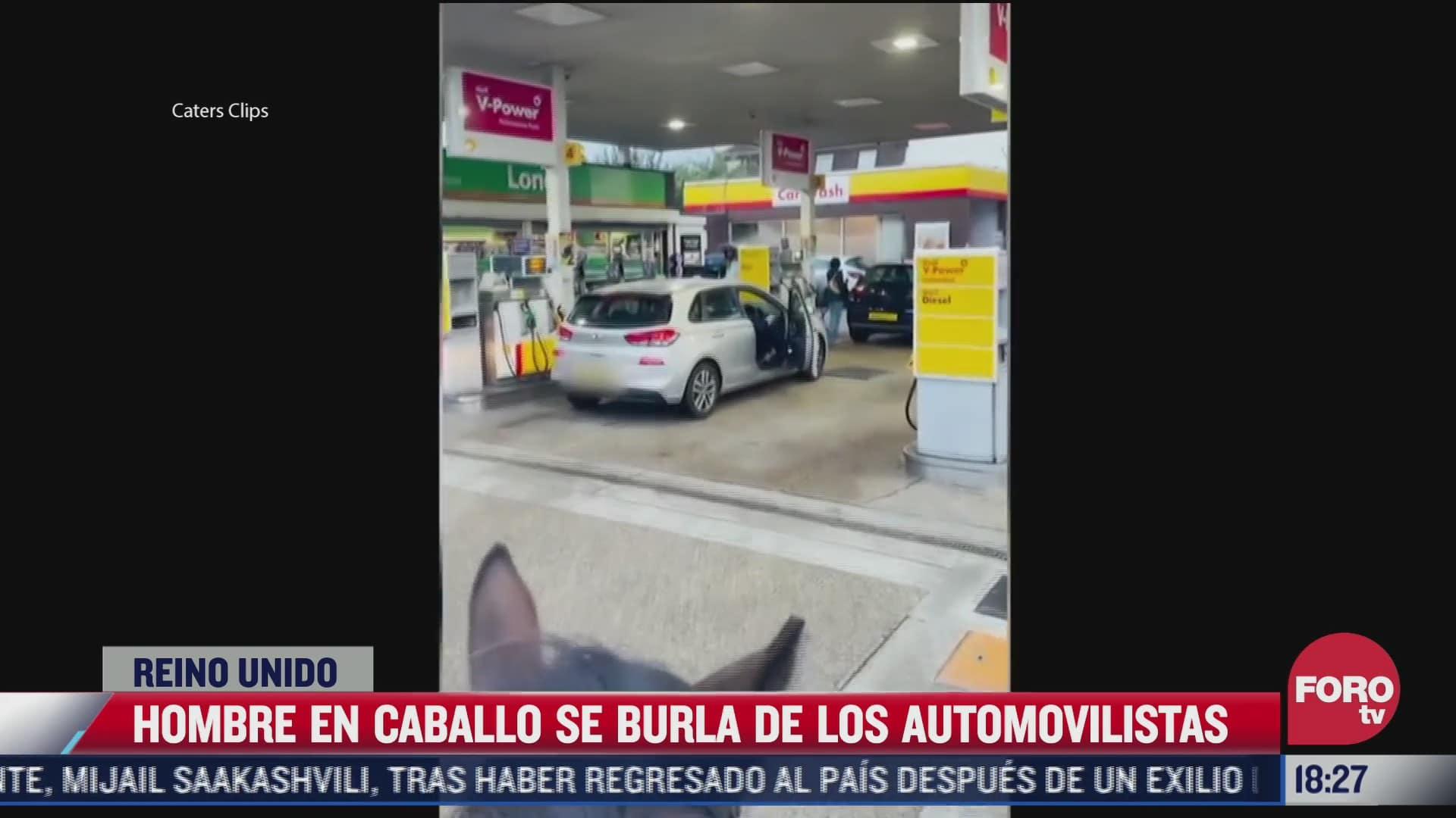 video jinete se burla de automovilistas que hacen largas filas en gasolineras del reino unido