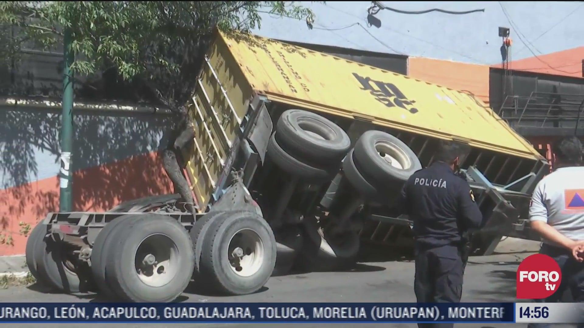 vuelca trailer en iztacalco tras reblandecimiento del piso